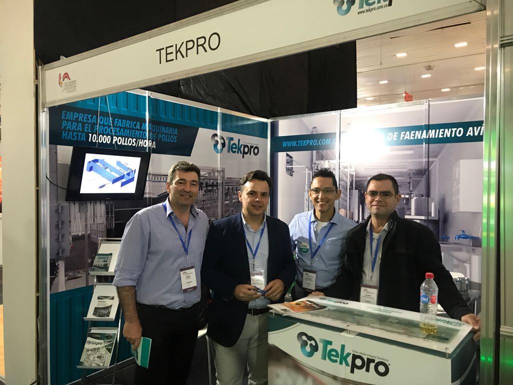 Gerente de Tekpro Alejandro Puerta y director comercial Tekpro, Wilmar Betancur junto con dos clientes